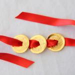 3 monnaies chinoises sur ruban rouge